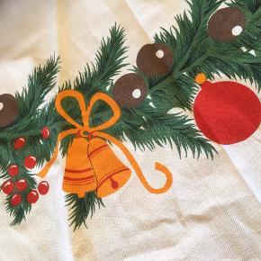Fin gammel rund juledug  juletræstæppe . Ca 140 cm ø  Christmas   Bomuldslærred råhvid   Smuk som dug på bord spisebord sofabord. Eller som tæppe under juletræ   Sender gerne