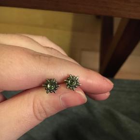 Super smukke øreringe i sølv med grønne sten. Ukendt mærke. Men ægte sølv. Trænger til pudsning.