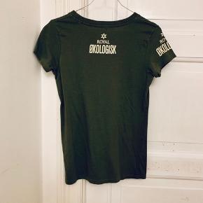 Lys brun t-shirt med Royal Økologisk på. Den er lidt lysere end det kan ses på billedet. Dejlig blød kvalitet