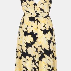 Smuk kjole , lækker med en strik til efteråret  Det er en str Xl men lille i str