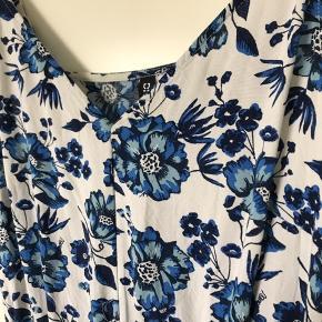 Flot, blomstret buksedragt fra H&M. Fejler ingenting.