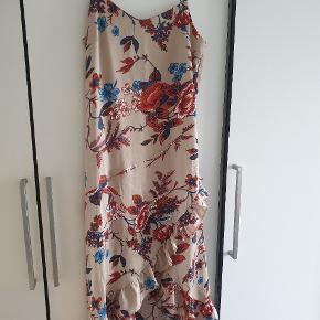 Smuk kjole fra continue, model Jane flower dress, str 38 aldrig brugt. Købspris 1000
