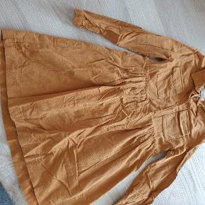 Karry farvet fløjls kjole