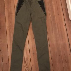Super fede army bukser med læder på siden. Str. 26.  Brugt få gange.  Nypris 599kr