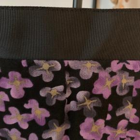 Super sød nederdel  Lille i str. vil sige  passer str 40/42