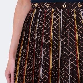 Smuk plisseret nederdel i multifarvet print fra Baum und Pferdgarten. Modellen hedder Saxona.💫  Aldrig brugt stadig med hangtag Oprindelig købspris 1499 kr.   Materiale:  •100% Polyester  Skriv gerne hvis du ønsker mål 📏✏️