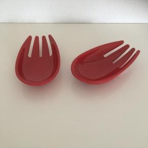 Rød skål 2 stk  robust hård plastik  Buet i bunden men står fast på bord   Måler ca 15 x 8   Samlet    Se flere annoncer