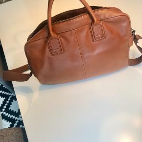 """Lækker laptoptaske i cognac farvet blødt skind fra """"Skagen Denmark""""  Str; H; 32 cm B; 40cm D;8cm"""