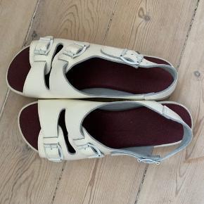 Meget små slitage tegn. Virkelig fede sandaler i læder. Spørg for flere billeder og byd gerne.  Køber betaler fragt