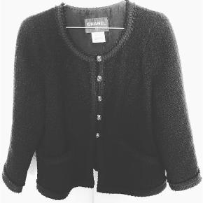 Varetype: Chanel Jakke Farve: Sort Prisen angivet er inklusiv forsendelse.  Smuk smuk Chanel jakke i fransk 40.  Passer en dansk str. 36 og 38. Pris 10.500,- Bytter ikke.