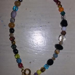 smukt perle armbånd, købt herinde af en der selv designer dem, det fejler intet, får det bare ikke brugt.