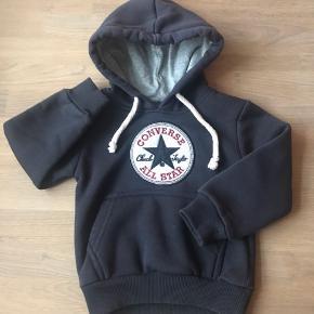 Unisex hoodie! Super sweet tyk hættetrøje til baby. Perfekt som sporty sommerjakke. Den er af god, blød lækker kvalitet. Ingen fnuller eller slid. Som ny. Str. Er 86 men den er sat til 80 pga. Den er mindre i størrelsen.