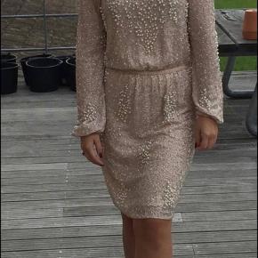 Meget smuk kjole med ekstrem mange perler i lys lyserød/ Nude  Passer en str S/36 Kom med et bud 😊 skal helst hentes da den er tung 😊
