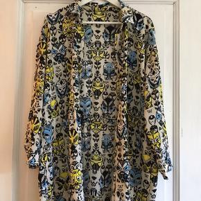 Fed skjortejakke med maskemønster, bindebånd i taljen. Mærket er klippet væk, vil umiddelbart sige den passer fra 38-42