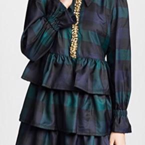 Smuk kjole - brugt en enkelt gang.   Kjolen kan bruges af både M og lille L