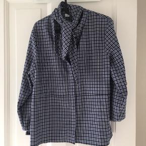 Aldrig brugt skjorte med klud om halsen
