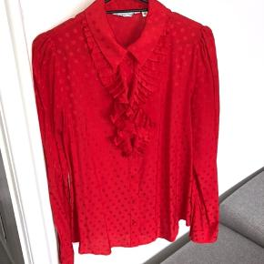 Jeg overvejer at sælge denne smukke skjorte fra &other stories, da jeg ikke får den brugt. Den har været brugt én gang i få timer, så standen er som ny. Nypris var 500 kr. - jeg sender gerne :-)