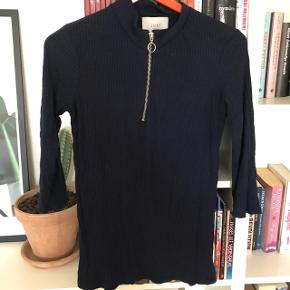 Fin trøje med trekvart ærmer i marineblå.