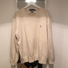 Sælger denne trøje fra Ralph Lauren billigt. Trøjen er brugt men har ikke pletter, huller eller lignende. Den svarer til en XL, og ikke XXL. Trøjen er cremefarvet og er 100 % bomuld.