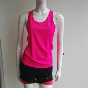 Varetype: Sportstop, løbetop, top, fitnesstop, fitness, løb, sport Størrelse: Medium Farve: pink Oprindelig købspris: 299 kr.  Hej og velkommen. Jeg bliver glad, hvis du læser annoncen.  Beskrivelse: Kari Traa løbetop med mesh/åndbart/prikket stof i siderne og reflekslogo.   Størrelse: M, medium, 38 Mål:  Længde: 65 Over brystet: 43,3 x 2  Materiale:  Mærke: Kari Traa Nypris: Nyprisen er estimeret Vægt: 90 gram  Porto: Sendt med DAO: 37 kr. (2019 pris). Pakken kan veje op til et kg for den pris. Hvis der er andet på min profil du ønsker at købe med, koster det ikke ekstra i porto. Mine annoncer er delt op i kategorier, dvs. alle jeans/jakker etc. er samlet ét sted på profilen, så du let kan scrolle.   Andet: Mine annoncer er til salg indtil de er solgt og jeg lukker dem. Dukken jeg bruger er ca. en xs/s. Prisen er fast.   Jeg glæder mig til at handle med dig!  Venligst   Sophie