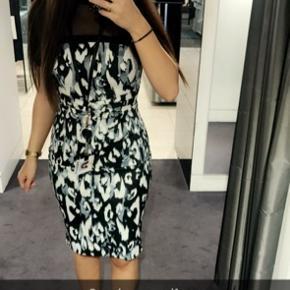 Karen Millen kjole i fint mønster. Kjolen er aldrig brugt.  Kjolen fremhæver din figur, og er i et klassisk tidløst design ! 💙🤍  BYD