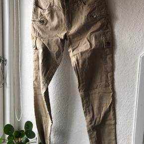 Bukser fra Blanknyc. Aldrig brug da de ikke passer mig. De er en str 27 og passer en str 38 (m). Der er lidt stræk i stoffet, som gær dem behagelige at have på.