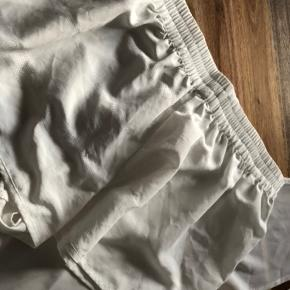 Super udsalg.... Jeg har ryddet ud i klædeskabet og fundet en masse flotte ting som sælges billigt, finder du flere ting, giver jeg gerne et godt tilbud..............  * Sød sommersæt  - hvid ASOS top str 34 - hvide Moss Copenhagen shorts str XS  Begge dele for 99