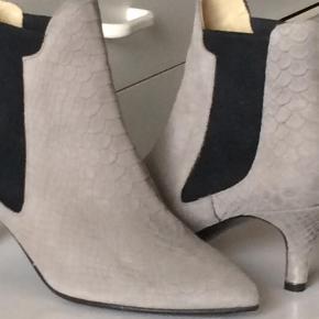 Varetype: Ankelstøvler Farve: Grå Oprindelig købspris: 1600 kr. Kvittering haves.   Super flotte Ankelstøvler fra Ivylee som er håndlavet i skind og med lille hæl.  Bytter desværre ikke