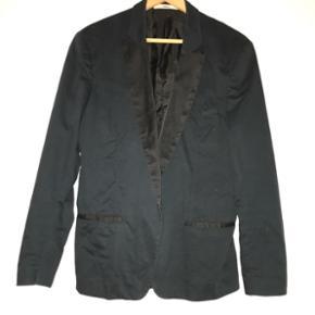 """Lækker """"dinner jacket"""" (blazer) fra Tiger of Sweden i dyb mørkeblå/navy og med sorte """"silke"""" revers. Kostede 3.700kr for ny og brugt enkelte gange omhyggeligt. Købt i butikken i København."""