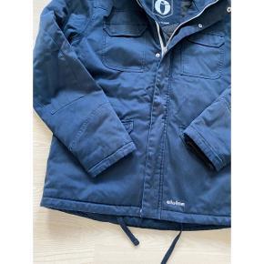 Lækker vinterjakke fra Elvine. Str. XL, passer en L-XL. Brugt og vasket, hvilket ses. Men stadig en god jakke. Nypris 899,-