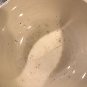 """Aluminia """"Lone"""" - to stk skåle (lille: diameter 10cm / stor: diameter 12,5cm).  Den store har lidt misfarvninger indeni (se billede nr 2) - deraf den billige pris.  Sælges samlet - prisen er for dem begge.  Afhentes ved Nordhavn Station eller sendes på købers regning."""