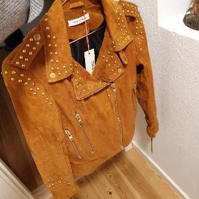 Helt ny og super flot Sofie Schnoor ruskind jakke. Str. S i farven toffee.  Stadig med tags og aldrig brugt.  Jakken er kun prøvet på, men farven passer desværre ikke til mig (jeg er rødhåret 👩🏻🦰), hvorfor den sælges.