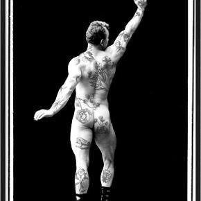 """Sælger 3 x """"Tattooed Guy"""" af Henrik Dybdahl.  Tattooed guy left Tattooed guy right  Tattooed guy middle  Sælges samlet inkl. rammer"""