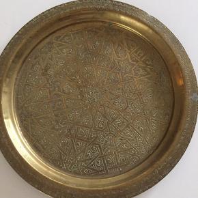 Rundt fad med diskret mønster i messinglignende metal Ø 34,5 cm