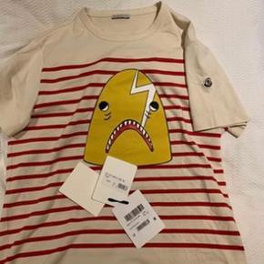 Sælger denne vildt lækre moncler t-shirt. Skriv pb angående en pris.