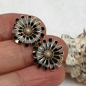 Fine forgyldte sølv marguerit øreclips med sort emalje. Stemplet 925 for ægte sølv. Diameter 1,8 cm. Prisen er fast.  👉 Tryk på mit profilbillede for at finde flere smykker med beskrivelser og priser 🍀 .