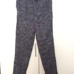 Stine Goya bukser - 100% silke  Løse i modellen, bredt elastik i livet og skrålommer foran  Pris 400,-