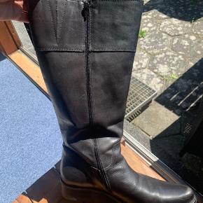 Sælger disse dominique støvler i str. 42 med elastik kiler brugt 1-2 gange.   Støvlerne er rummelige og har en lægvidde på 49cm  Hælhøjde på 4cm.   Nypris: ca. 1900kr   De kan afhentes og prøves i Rødovre eller sendes med dao.