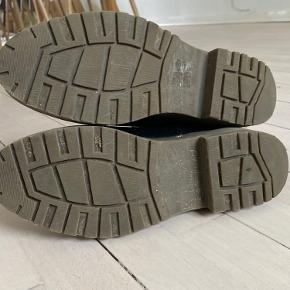 Platform støvler fra Pieces. Må indse at jeg ikke får dem brugt.  Selve indersålen er pillet ud, da jeg bruger indlæg. Der kan nemt købes en ny, eller undværes.  Tags: støvler, plateau, læder, Dr. Martens,