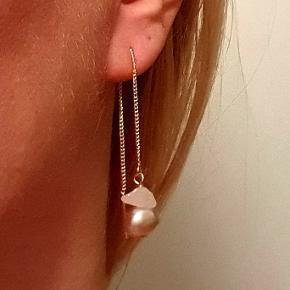 Håndlavede ørekæder i forgyldt sølv med lysrosa ferskvandsperler og halvædelsten (rosakvarts). Ca. 10 cm lange. Nikkelfri. Sælges i par.  PRISEN ER FAST.
