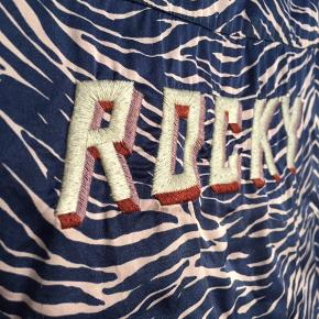 Flot skjorte fra Love Stories med 'rocky' broderi på ryggen - passer en s-m 🌸