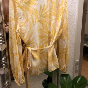 Byd gerne. Super smuk slå-om bluse i dejlige farver. Aldrig brugt grundet forkert størrelse.