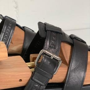 Sorte Louis Vuitton mande sandaler i læder med fin logo detalje på. De passer en str. 44/45. Sandalerne er i super fin stand og meget velholdte, dog er de lidt slidt under sålen (kan ses på billedet). Skriv for flere detaljer/billeder!  Kom gerne med realistiske bud!