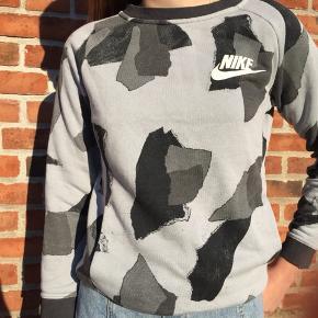 Grå sweatshirt   Skriv for forhandling om pris mm.   Køber betaler fragt