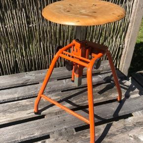 Fin industri taburet fra AB Werba Sverige. Har været brugt som keramiker stol og kan justeres i både højde og til siderne. Diameter på sædet er 34 cm.