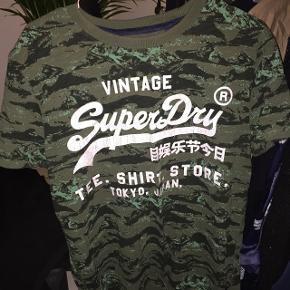 Fed t-Shirt fra Superdry str M i herrestørrelse, så fitter lidt oversize i størrelsen på en pige  Aldrig brugt