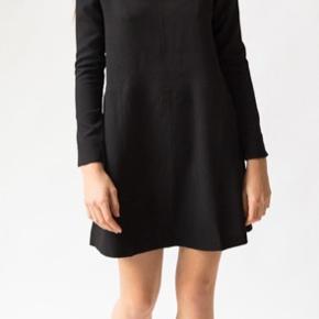 Bemærk kjolen er sort. Billedet med den blå-stribede er kun for at vise detaljerne.