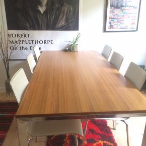 """Flot ILVA spisebord med 6 tilhørende stole, velegnet til børnefamilien. Har desværre lidt skrammer, men de ses næsten ikke. Én af stolene har små revner i """"læderet"""" bagpå. Sælges samlet."""
