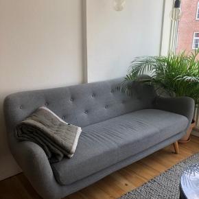 Fineste 3-personers sofa fra Sofakompagniet. Sofaen er 4 år gammel, og sælges da jeg har købt en ny. Målene er angivet på sidste billede. Da jeg købte sofaen var der et lille hul (se på billedet). Nypris var 5000 kr. Bud er velkomne. Den kan ses og afhentes på Østerbro 😊