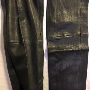 Skindleggings fra ældre sæson Farve: Sort Oprindelig købspris: 5499 kr.   Stram leggings i 100% læder fra Malene Birger fra ældre sæson - 5 år gammen men ikke brugt.